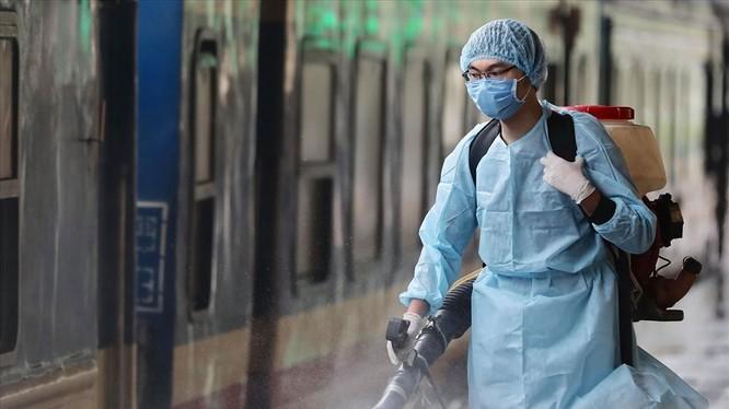 Nhân viên y tế tiến hành phun khử khuẩn, vệ sinh môi trường. Ảnh: Internet