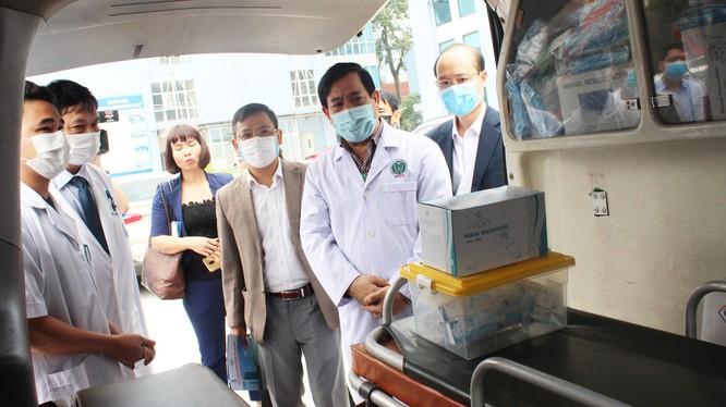 PGS.TS. Lương Ngọc Khuê kiểm tra công tác phòng dịch COVID-19 tại Thái Nguyên. Ảnh: Lê Hảo