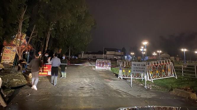 Chốt chặn cách ly tại xã Sơn Lôi, Vĩnh Phúc tối ngày 3/3. Ảnh: Châu Anh - PLVN