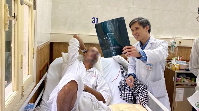 Bệnh nhân A.V., 43 tuổi, người Ấn Độ xem phim chụp X-quang cùng bác sĩ tại Bệnh viện Hữu nghị Việt Đức. Ảnh: BVCC
