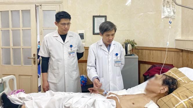 Bác sĩ thăm hỏi sức khỏe bệnh nhân sau mổ. Ảnh: BVCC