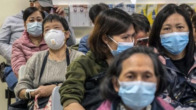 Người dân đeo khẩu trang trong bệnh viện. Ảnh: NYTIMES