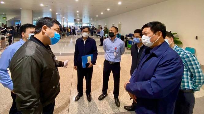 Thứ trưởng Bộ Y tế Đỗ Xuân Tuyên (áo xanh, đeo khẩu trang trắng, bên phải) kiểm tra, chỉ đạo công tác phòng chống dịch COVID-19 tại sân bay quốc tế Nội Bài. Ảnh: Minh Thư