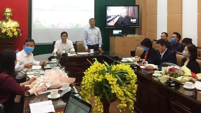 Thứ trưởng Bộ Y tế cùng các chuyên gia hội chẩn cho bệnh nhân mắc COVID-19. Ảnh: Lê Hảo - BYT