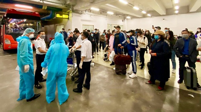 Hành khách làm thủ tục nhập cảnh tại sân bay Nội Bài. Ảnh: Minh Thư/BYT