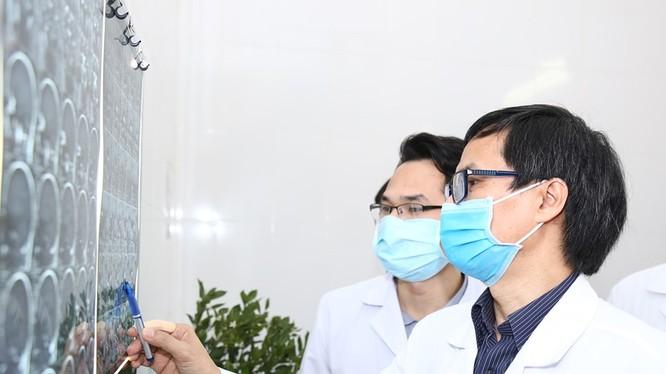PGS.TS. Đồng Văn Hệ - Chủ tịch Hội phẫu thuật thần kinh Asean, Giám đốc Trung tâm Phẫu thuật Thần kinh, Bệnh viện Hữu nghị Việt Đức xem phim chụo X-quang của bệnh nhân. Ảnh: BVCC