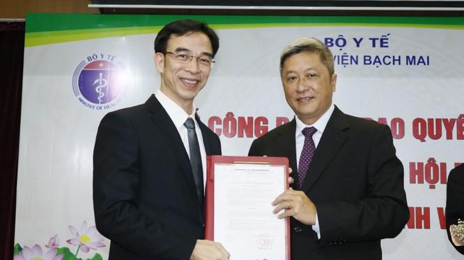 Thứ trưởng Bộ Y tế Nguyễn Trường Sơn trao quyết định Giám đốc bệnh viện cho GS.TS. Nguyễn Quang Tuấn. Ảnh: Thế Anh