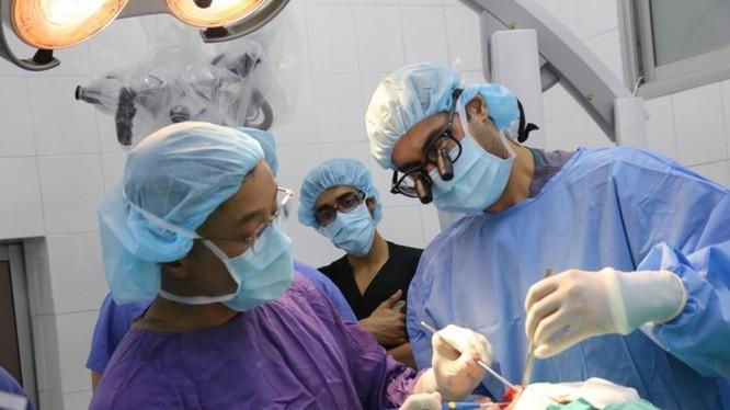 Bác sĩ phẫu thuật cho bệnh nhân tại Bệnh viện Hữu nghị Việt Đức. Ảnh: BVCC