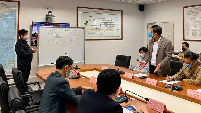 Thứ trưởng Thường trực Bộ Y tế Nguyễn Thanh Long chủ trì cuộc họp tháo gỡ ách tắc luồng hành khách nhập cảnh tại sân bay. Ảnh: Vũ Mạnh Cường