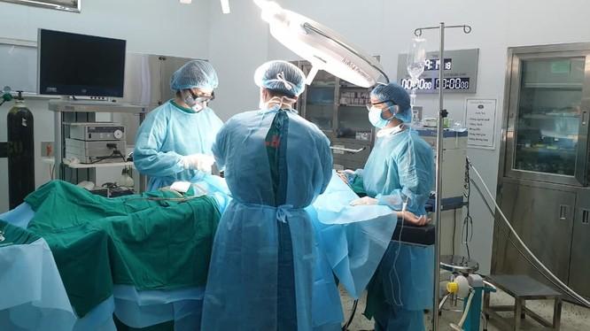 Ê kíp phẫu thuật cho nữ bệnh nhân vỡ ruột thừa. Ảnh: Bệnh viện Bệnh Nhiệt đới Trung ương