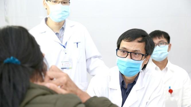 PGS.TS. Đồng Văn Hệ thăm khám cho bệnh nhân. Ảnh: BVCC
