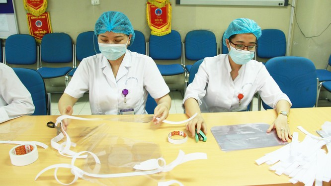 Các bác sĩ làm mũ bảo hộ chống COVID-19. Ảnh: Bệnh viện Hữu Nghị