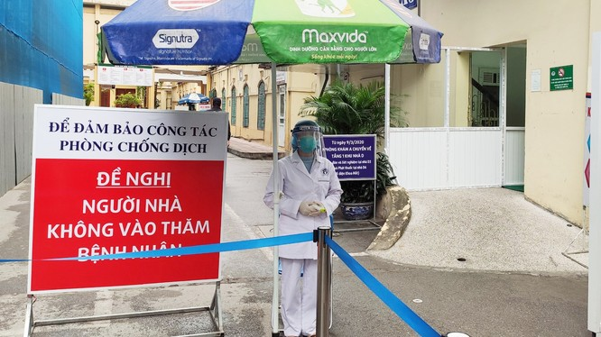 Bệnh viện Xanh Pôn hạn chế tối đa người nhà vào thăm bệnh nhân để phòng COVID-19. Ảnh: BVCC
