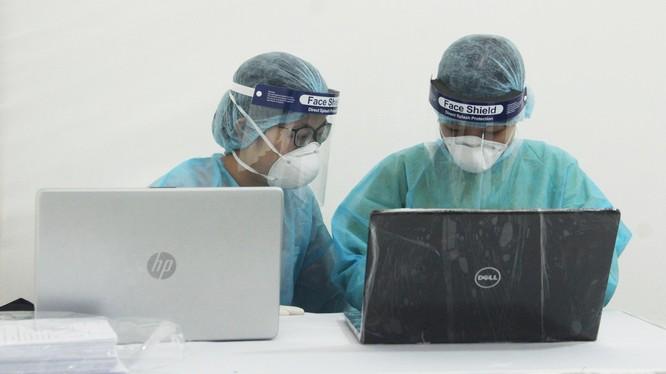 Cán bộ y tế làm việc tại trạm xét nghiệm nhanh COVID-19. Ảnh: Minh Thúy