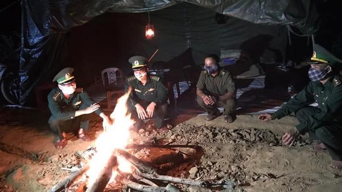 Các chiến sỹ bộ đội biên phòng canh gác ngày đêm để phòng, chống dịch COVID-19. Ảnh: Ngọc Thắng