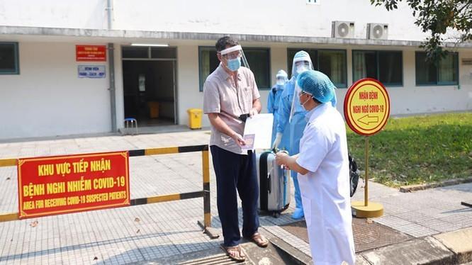 Bệnh nhân người Anh khỏe mạnh sau khi điều trị tại Bệnh viện. Ảnh: Nguyễn Thượng Hiển