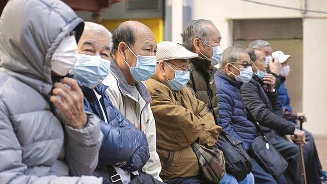 Người cao tuổi, người có bệnh nền cần được chăm sóc phòng tránh dịch COVID-19. Ảnh: Internet
