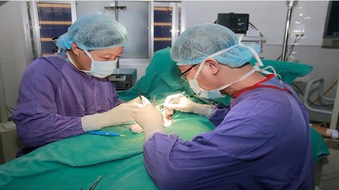 Các bác sĩ phẫu thuật cắt tinh hoàn trái, cố định tinh hoàn phải cho bé Đ. Ảnh: BVCC