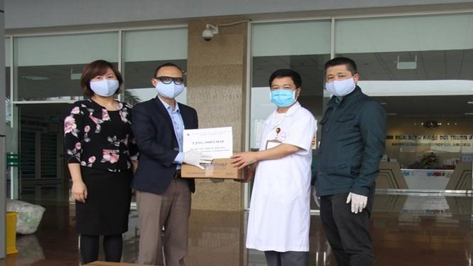 Viện Hàn lâm Khoa học và Công nghệ Việt Nam vừa tặng 1.500 chai nước súc miệng, khử khuẩn Nano bạc cho Bệnh viện nhiệt đới Trung ương cơ sở Đông Anh cơ sở 2. Ảnh: Bích Phượng