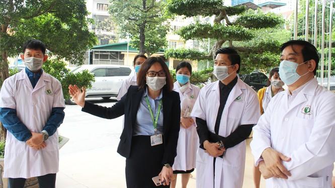 PGS.TS. Lương Ngọc Khuê- Cục trưởng Cục Quản lý Khám, chữa bệnh, Phó trưởng Tiểu ban điều trị COVID-19 làm việc tại Bệnh viện Phụ sản Hà Nội. Ảnh: Lê Hảo