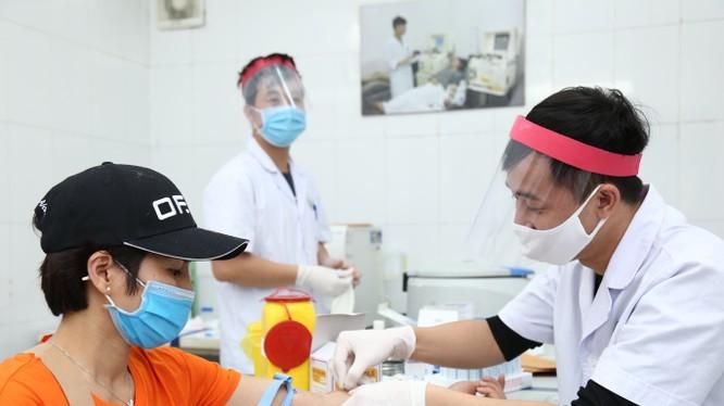 Người dân hiến máu tại Bệnh viện Hữu nghị Việt Đức. Ảnh: BVCC