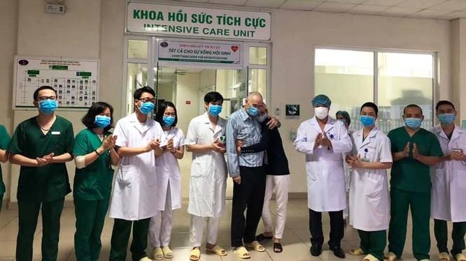 Các bác sĩ tại khoa Hồi sức tích cực chúc mừng bệnh nhân 23 cùng vợ (bệnh nhân 24) đã khỏi bệnh. Ảnh: BVCC