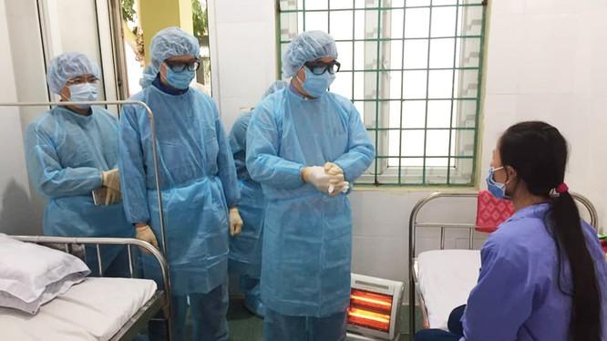 PGS.TS. Lương Ngọc Khuê cùng đoàn công tác của Bộ Y tế thăm bệnh nhân đang cách ly, điều trị tại Vĩnh Phúc. Ảnh: Lê Hảo