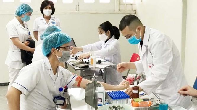 Bác sĩ tại Bệnh viện Hữu Nghị hiến máu vào sáng nay (14/4). Ảnh: BVCC