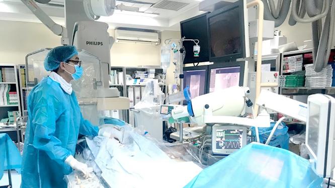 Các bác sĩ tiến hành can thiệp mạch ngay trong đêm để cấp cứu người bệnh. Ảnh: BVCC