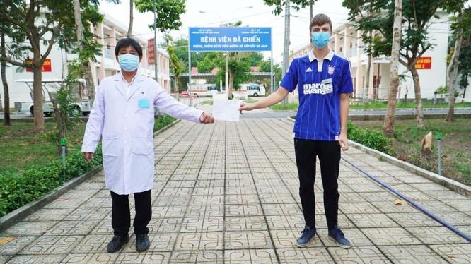 Bệnh nhân 235 người Anh được công bố khỏi bệnh tại Bệnh viện dã chiến Củ Chi Ảnh: Phạm Hằng