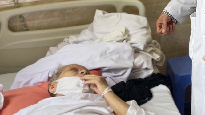 cụ bà P.T.T. (85 tuổi) nhập viện trong tình trạng gãy cổ xương đùi bên phải. Ảnh: BVCC