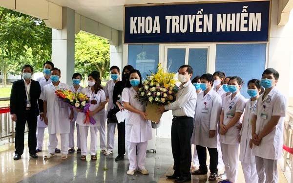 Người nhà bệnh nhân tặng hoa cảm ơn đội ngũ y, bác sĩ tại Khoa Truyền nhiễm, Bệnh viện Đa khoa tỉnh Ninh Bình. Ảnh: Phạm Hằng
