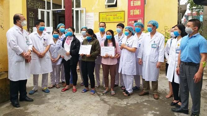 3 bệnh nhân mắc COVID-19 tại Bệnh viện Đa khoa tỉnh Hà Nam được công bố khỏi bệnh, trong đó có bệnh nhân 188. Ảnh: Phạm Hằng