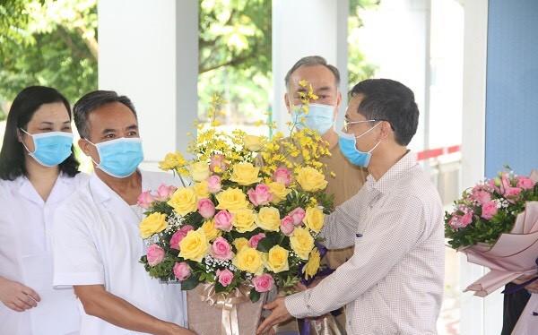 Bệnh nhân mắc COVID-19 điều trị tại Bệnh viện Đa khoa tỉnh Ninh Bình được công bố khỏi bệnh. Ảnh: Phạm Hằng