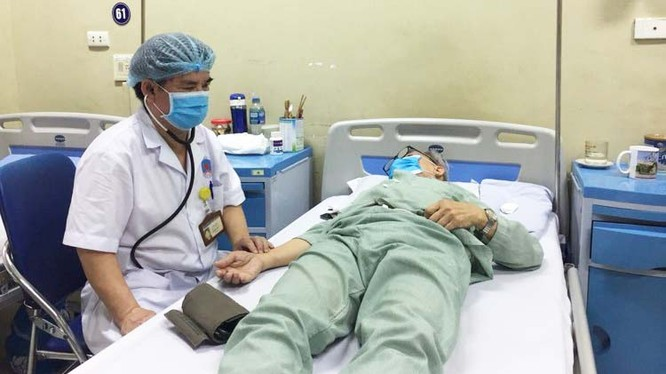 Bác sĩ thăm khám cho bệnh nhân tại Bệnh viện Hữu Nghị. Ảnh: BVCC
