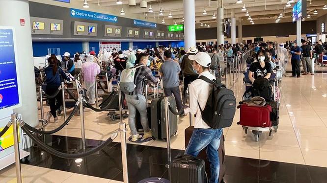 Hành khách ở sân bay Dubai vào ngày 2/5. Ảnh: Đình Anh