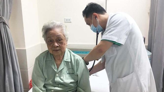 Bác sĩ chăm sóc cho bệnh nhân bị rối loạn nhịp tim. Ảnh: BVHN