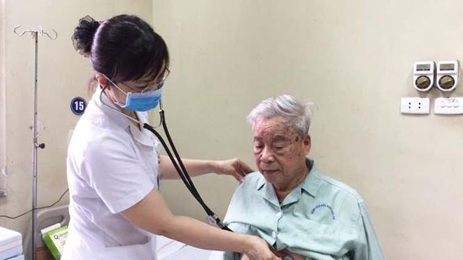 Bác sĩ thăm khám cho bệnh nhân tại Bệnh viện. Ảnh: BVCC