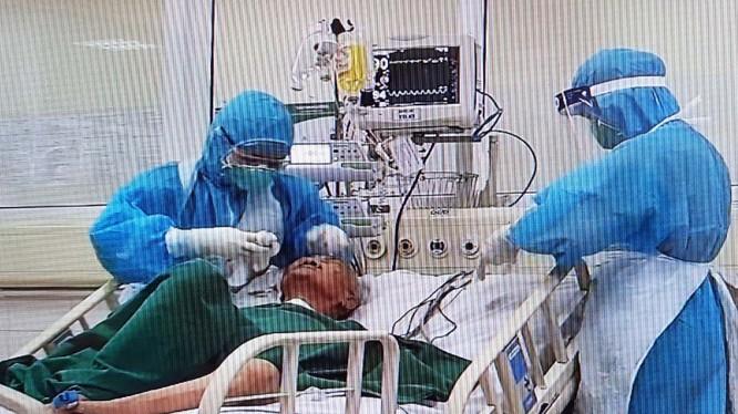 Các bác sĩ tại Bệnh viện Bệnh Nhiệt đới Trung ương cơ sở 2 điều trị cho bệnh nhân 161. Ảnh: Bệnh viện cung cấp