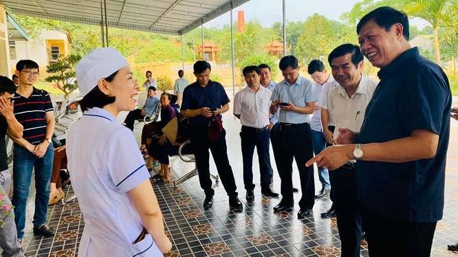 Thứ trưởng Bộ Y tế Đỗ Xuân Tuyên kiểm tra công tác y tế cơ sở tại Hà Tĩnh. Ảnh: Thảo Nguyên