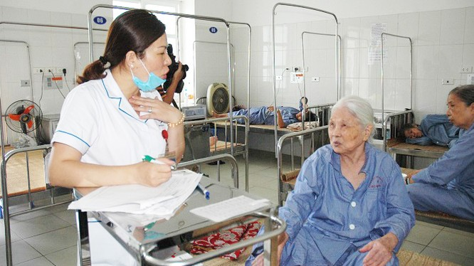 Nhân viên y tế thăm hỏi tình hình sức khỏe người bệnh. Ảnh: Sở Y tế TP. Hà Nội
