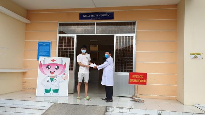 Bệnh nhân mắc COVID-19 điều trị tại Bệnh viện Đa khoa Sa Đéc, tỉnh Đồng Tháp được công bố khỏi bệnh trong chiều nay (1/6). Ảnh: Phạm Hằng