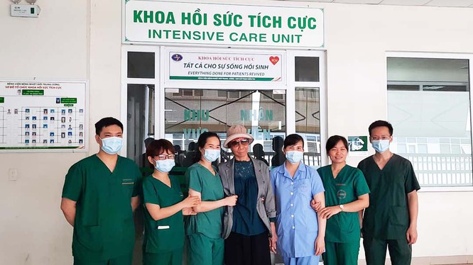 Bệnh nhân 19 chụp ảnh cùng các bác sĩ tại Khoa Hồi sức tích cực trong ngày xuất viện trở về nhà. Ảnh: Đặng Thanh
