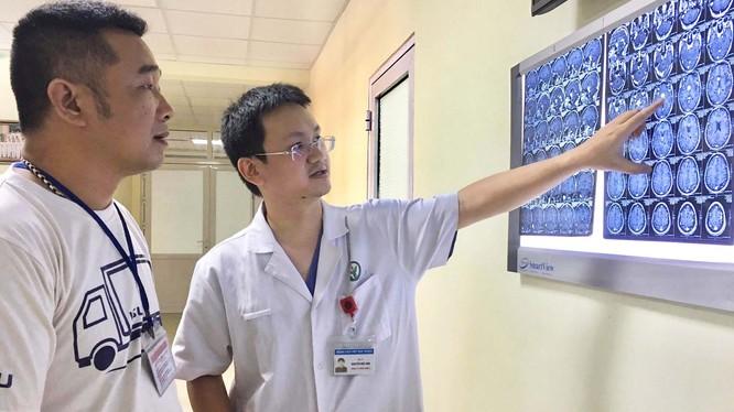 BS. Nguyễn Đức Anh giải thích, tư vấn cho người nhà bệnh nhân P.T.L. Ảnh: Bệnh viện Hữu nghị Việt Đức