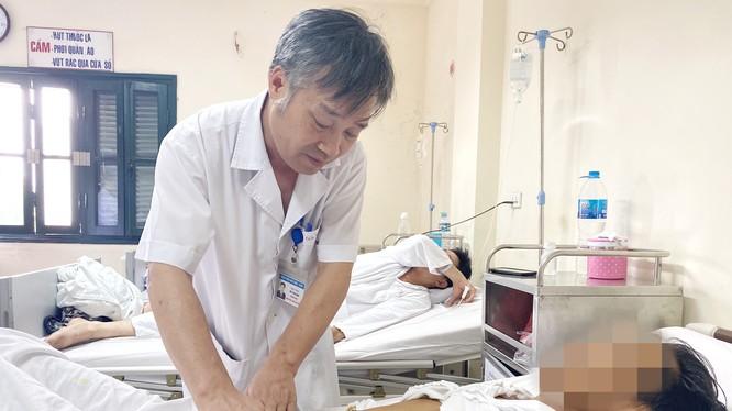 BS. Đỗ Tuấn Anh thăm khám cho bệnh nhân sỏi mật sau phẫu thuật (Ảnh: Bệnh viện Hữu nghị Việt Đức)