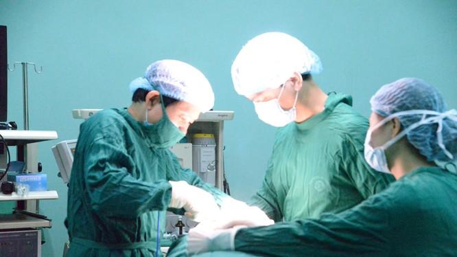 Bác sĩ phẫu thuật cho bệnh nhân có khối bướu giáp khổng lồ. Ảnh: Thúy Quỳnh