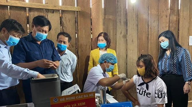Thứ trưởng Đỗ Xuân Tuyên kiểm tra công tác tiêm chủng phòng bệnh bạch hầu. (Ảnh: Vũ Mạnh Cường)