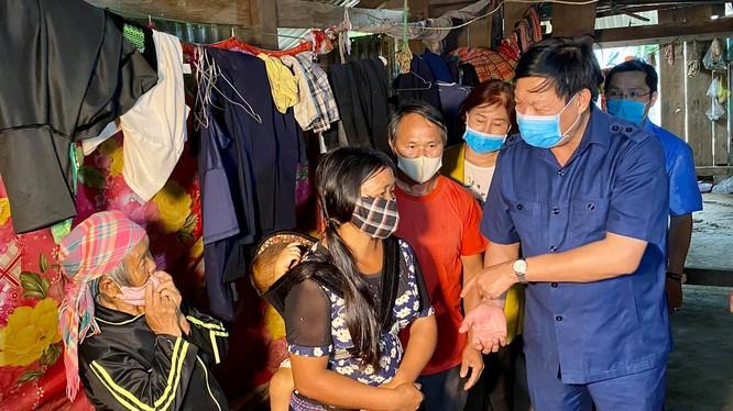 Thứ trưởng Đỗ Xuân Tuyên thăm hỏi gia đình cháu bé 9 tuổi tử vong vì bạch hầu (Ảnh: Vũ Mạnh Cường)