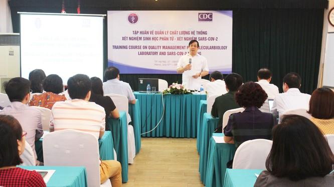 PGS. TS. Lương Ngọc Khuê - Cục trưởng Cục quản lý Khám, chữa bệnh, Bộ Y tế - phát biểu tại lớp tập huấn cập nhật xét nghiệm virus SARS-CoV-2 (Ảnh: Thanh Hằng)