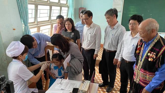 Đoàn công tác của Bộ Y tế kiểm tra công tác tiêm vaccine phòng, chống bệnh bạch hầu (Ảnh: Vũ Mạnh Cường)